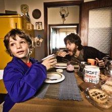 I più grandi di tutti: Alessandro Roja in una divertente immagine del film con il piccolo Niccolò Belloni