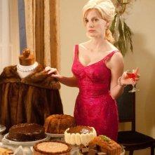 Jessica Chastain davanti ad un banchetto di dolci n una scena di The Help