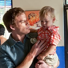 Michael C. Hall con il piccolo Harrison in una scena dell'episodio Sins of Omission