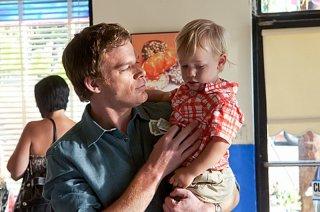 Michael C. Hall con il piccolo Harrison in una scena dell'episodio Sins of Omission