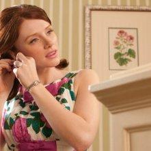 The Help: Bryce Dallas Howard si mette gli orecchini in una scena del film