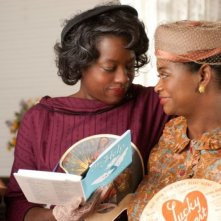 Viola Davis insieme a Octavia Spencer in una scena di The Help