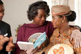 Viola Davis insieme a Octavia Spencer in una scena di The Help