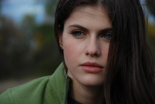 Alexandra Daddario in una scena dell'horror Bereavement
