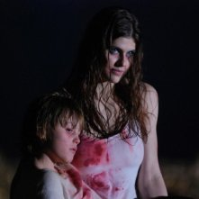 Alexandra Daddario in una scena dell'horror Bereavement insieme al piccolo Spencer List