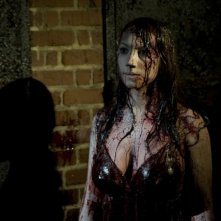 Ashley Wolfe in una scena dell'horror Bereavement