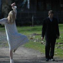 Twixt: Elle Fanning accenna una danza mentre passeggia con Anthony Fusco in una scena del film