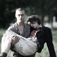 Alice Dwyer e Mateusz Damiecki in Die verlorene Zeit (Remembrance)