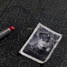 Die verlorene Zeit (Remembrance): un rossetto e una vecchia foto in una scena del film