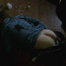 Teddy Sears seviziato dall'uomo in latex in American Horror Story nell'episodio Rubber Man