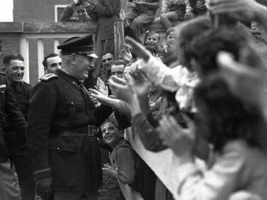 Il sorriso del capo: Benito Mussolini incontra la folla in una immagine d'archivio