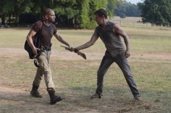 The Walking Dead: Norman Reedus e Jon Bernthal in una scena dell'episodio Muore la speranza