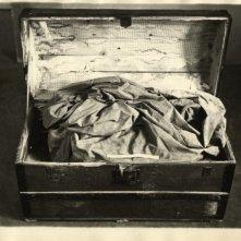 Il corpo del duce: la cassa di legno con i resti di Benito Mussolini mostrata nel film