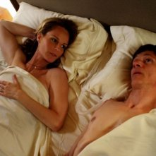 John Hawkes ed Helen Hunt in una scena intima di The Surrogate