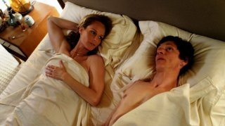 John Hawkes ed Helen Hunt in una scena intima di The Surrogate