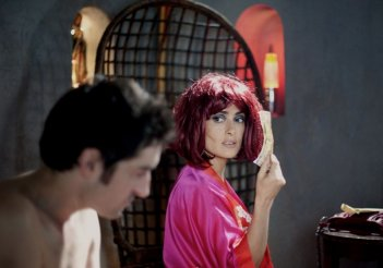 Salma Hayek con Mathieu Demy in una scena di Americano (2011)