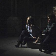 Castle: Nathan Fillion e Stana Katic in un momento dell'episodio Cuffed