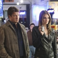 Castle: Nathan Fillion e Stana Katic nell'episodio Heroes & Villains