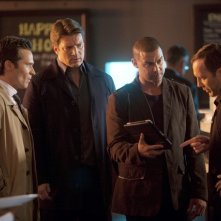 Castle: Nathan Fillion, Seamus Dever e Jon Huertas con Adam Pilver nell'episodio Kill Shot