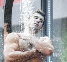 Grande Fratello 12: il rugbista Rudolf Mernone sotto la doccia