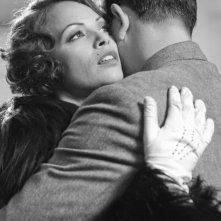 Bérénice Bejo in una scena di The Artist abbraccia Jean Dujardin