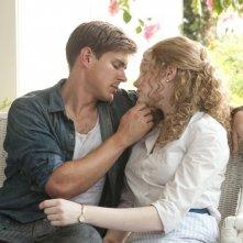 Chris Lowell ed Emma Stone in una tenera scena del film The Help