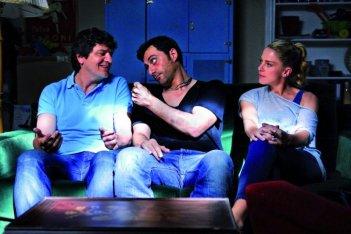 Fabio De Luigi, Filippo Timi e Claudia Gerini in una scena di Com'è bello far l'amore