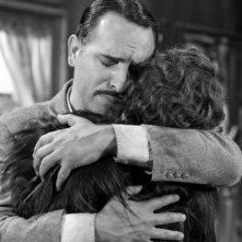 Jean Dujardin in una scena di The Artist abbraccia Bérénice Bejo