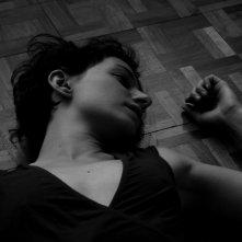 Simona Rossi stesa sul pavimento in una scena di Penultimo Paesaggio
