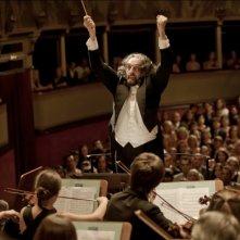 Andrea Buscemi dirige la sua orchestra in una scena del film Finalmente la felicità