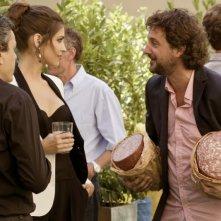 Ariadna Romero insieme a Leonardo Pieraccioni e a due salami in una scena di Finalmente la felicità