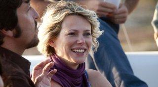 Barbora Bobulova sorride in una scena di Immaturi - Il viaggio con Ricky Memphis