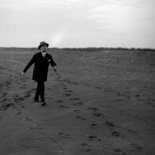 Il sorriso del capo: Benito Mussolini sulla spiaggia in un'immagine di repertorio del film