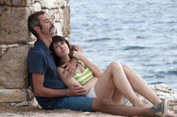 Immaturi - Il viaggio: Anita Caprioli e Paolo Kessisoglu abbracciati in una scena del film