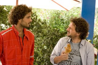 Leonardo Pieraccioni con Thyago Alves in una scena della commedia Finalmente la felicità