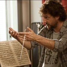 Leonardo Pieraccioni nei panni di un insegnante di musica in una scena di Finalmente la felicità