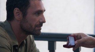 Raoul Bova in una scena di Immaturi - Il viaggio davanti ad un anello di fidanzamento