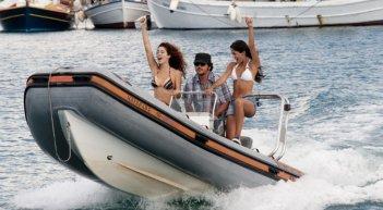 Ricky Memphis in motoscafo in una scena di Immaturi - Il viaggio insieme a Lavinia Longhi e Aurora Cossio e