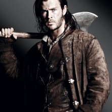 Chris Hemsworth è il Cacciatore in una foto promozionale di Biancaneve e il cacciatore