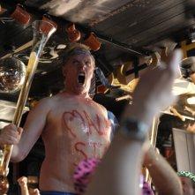 Finalmente maggiorenni: Greg Davies fa baldoria in una scena del film