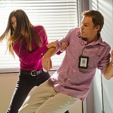 Jennifer Carpenter e Michael C. Hall in una scena d'azione dell'episodio Talk to the Hand