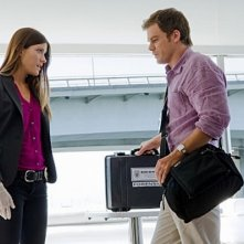 Jennifer Carpenter insieme a Michael C. Hall in una scena dell'episodio Talk to the Hand