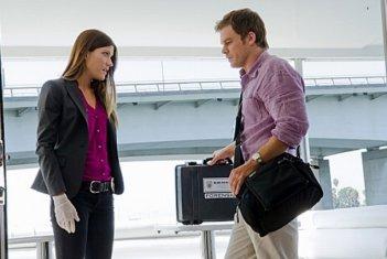 Jennifer Carpenter insieme a Michael C. Hall in una scena dell'episodio Talk to the Hand