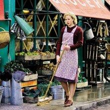 Alexandra Roach è una giovane Margaret Thatcher in una scena del film Iron Lady