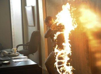American Horror Story: Denis O'Hare prende fuoco in un flashback dell'episodio Smoldering Children