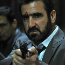 Eric Cantona in una scena tratta dal thriller Switch