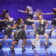 Glee: Amber Riley, Naya Rivera e Heather Morris in scena con le Troubletones nell'episodio Hold on to Sixteen.