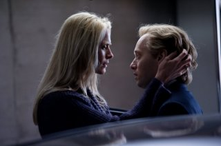Headhunters: Synnøve Macody Lund e Aksel Hennie in una scena del film