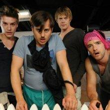 Il cast maschile di Tre uomini e una pecora in una scena del film