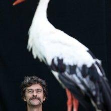 Il comandante e la cicogna: Silvio Soldini sul set del film insieme alla cicogna